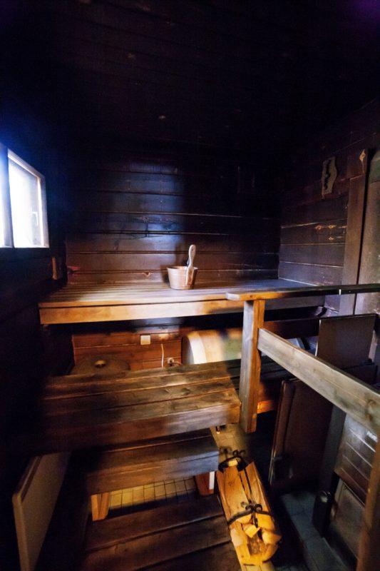Puulämmitteinen sauna Skitunäsin vuokramökillä