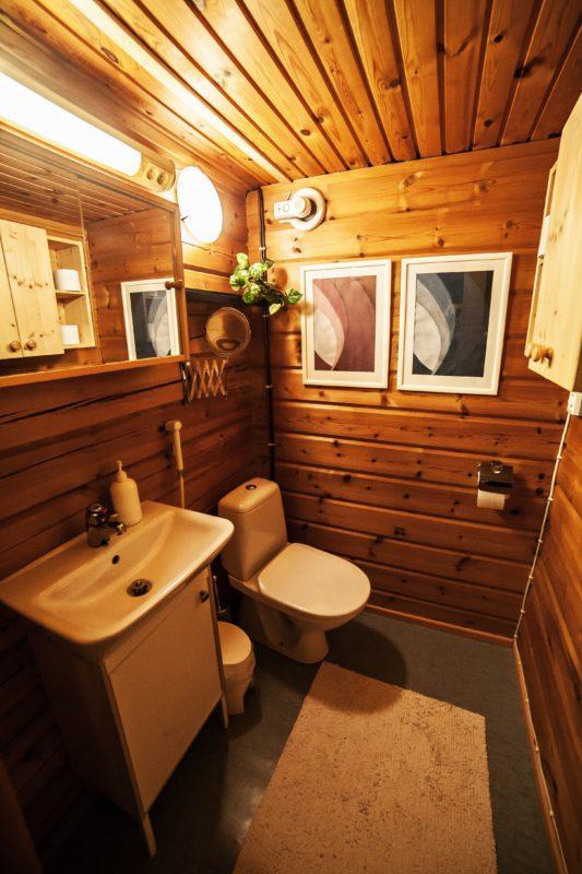 Skitunäsin vuokramökillä on yksi erillinen wc. Lisäksi suihkutilassa on wc.