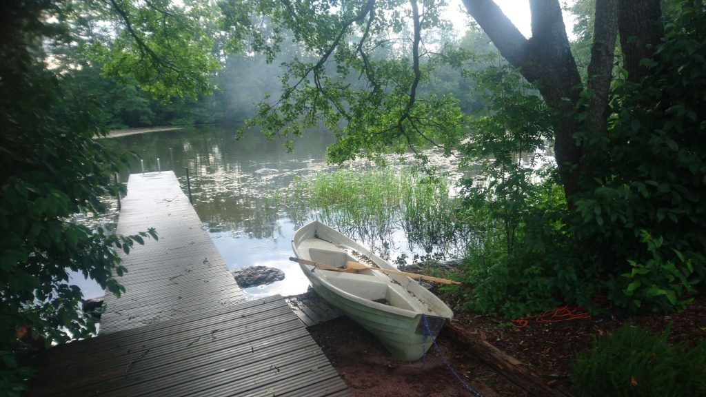 Kivikoskella soutuvene käytettävissä.