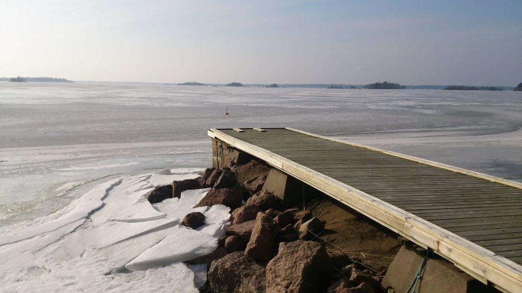 Rannassa laituri. Uimaportaat poistetaan jo marraskuussa