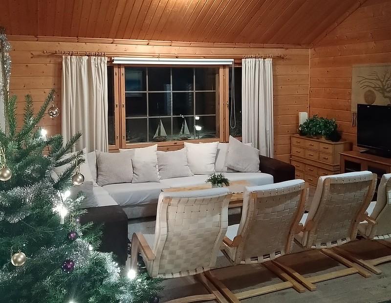 Strukan vuokramökki soveltuu käytettäväksi ympäri vuoden. Jouluna aito joulukuusi.