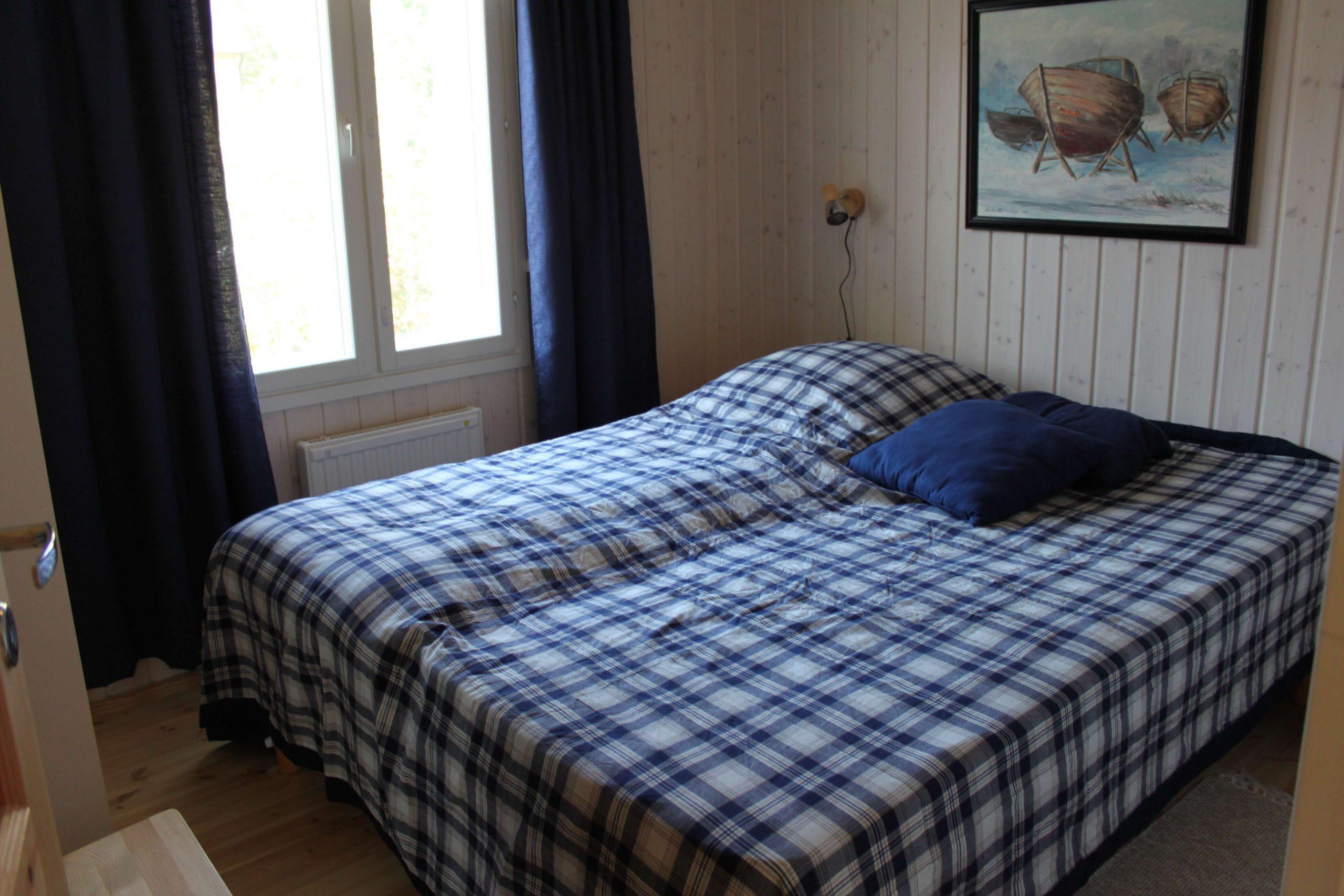 Rantakarin vuokramökin alakerrassa on makuuhuone kahdelle