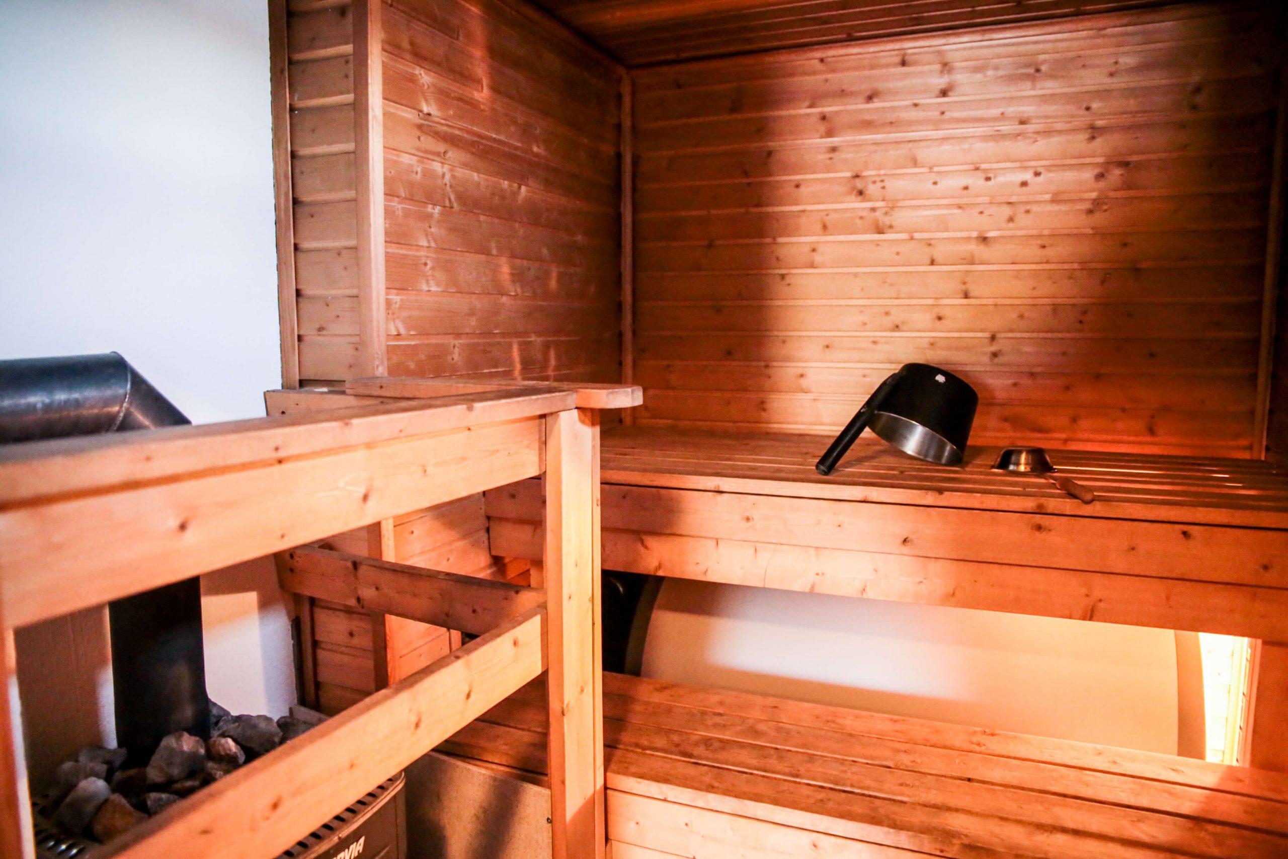 Mökillä on puulämmitteinen sauna