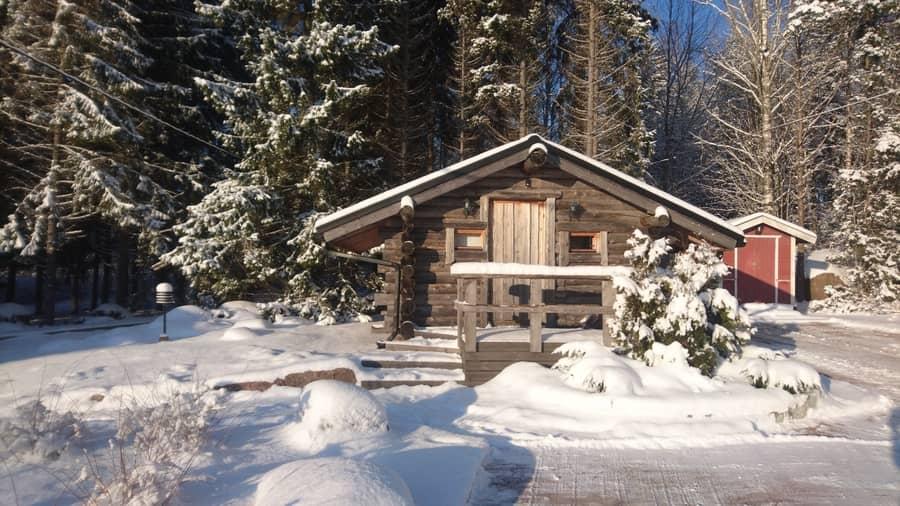 Vuokramökillä erillinen nukkuma-aitta, joka on käytettävissä myös talvella