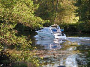 Strukan edustalla virtaa joki. Jokea pitkin pääsee merelle