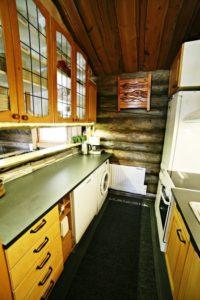 Kivikoskella hyvin varusteltu keittiö