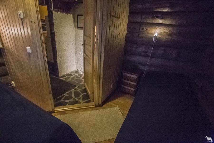 Kivikosken päärakennuksessa makuuhuone, jossa 2 erillistä sänkyä