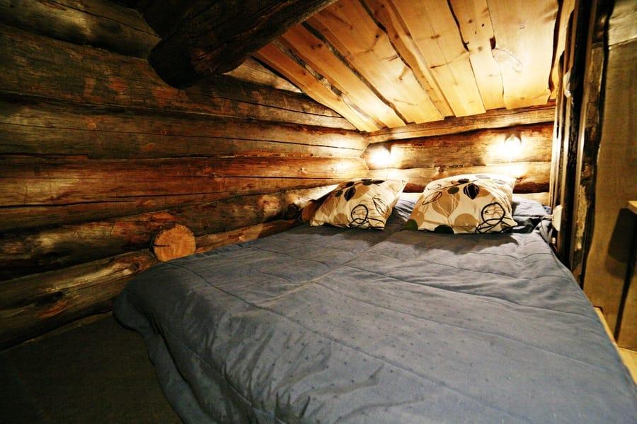 Kivikosken vuokramökillä parvi, jossa 140 cm leveä sänky