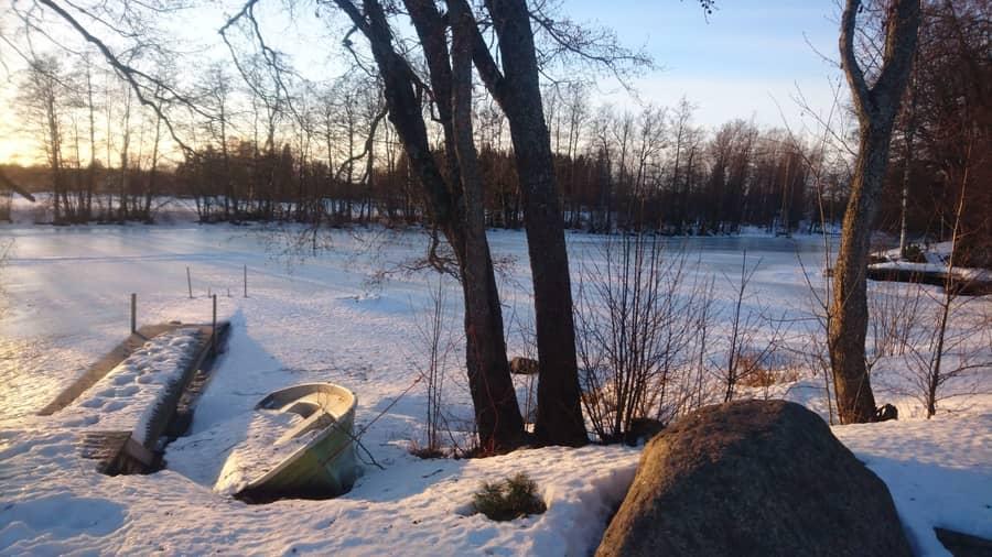 Kivikosken mökin rantamaisema talvella