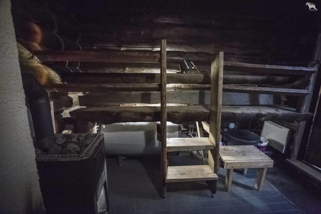 Kivikosken päärakennuksessa puulämmitteinen kelohirsinen sauna