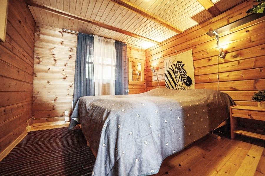 Alakerrassa makuuhuone, jossa 2 x 80 cm sängyt