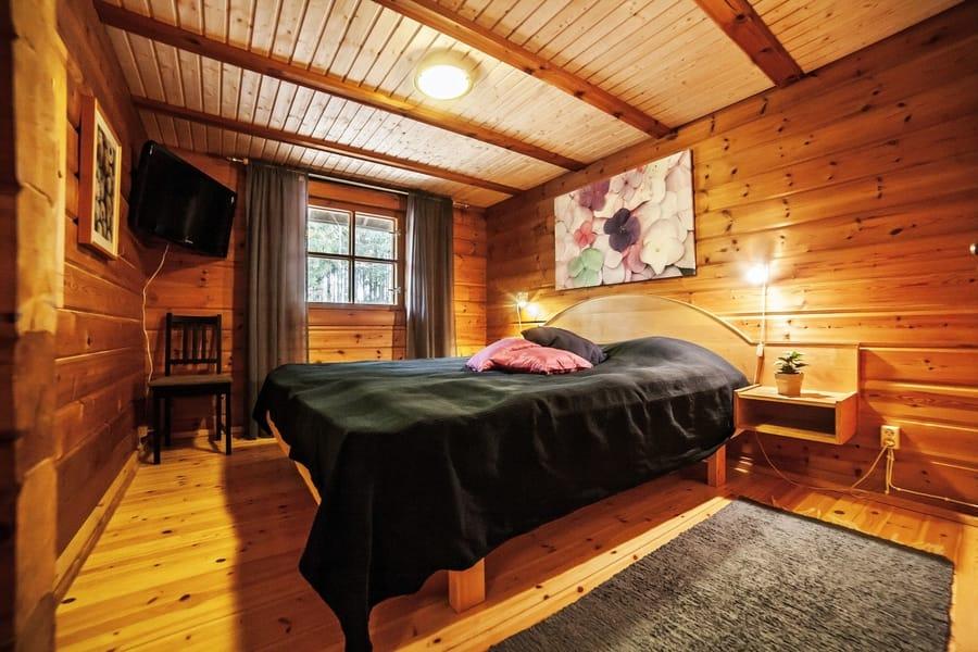 Alakerran isossa makuuhuoneessa 2 x 90 cm sänkyä