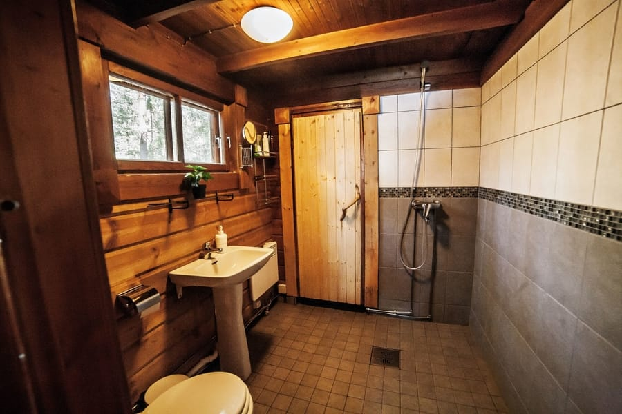 Pesuhuoneessa suihku, lavuaari ja wc