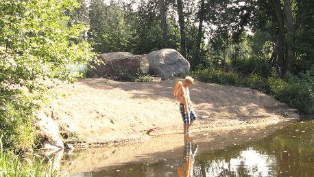 Vuokramökillä hiekkainen uimapoukama