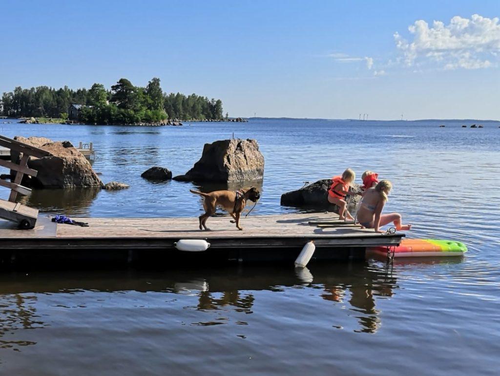 Rantakarin vuokramökillä oma laituri ja meriterassi aivan meren äärellä