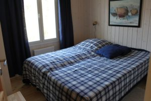 Rantakarin vuokramökillä on makuuhuone, jossa 2 kpl 80 cm leveitä sänkyjä