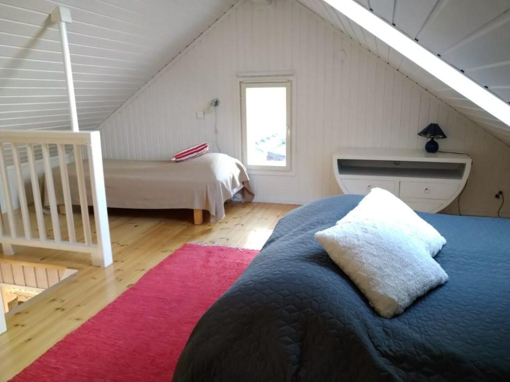 Rantakarin mökillä on parvi, jossa 5 sänkyä