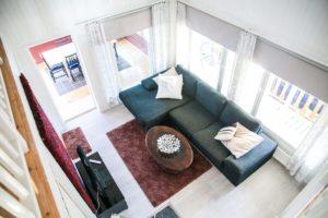 Rantakarin olohuoneessa mukava sohva