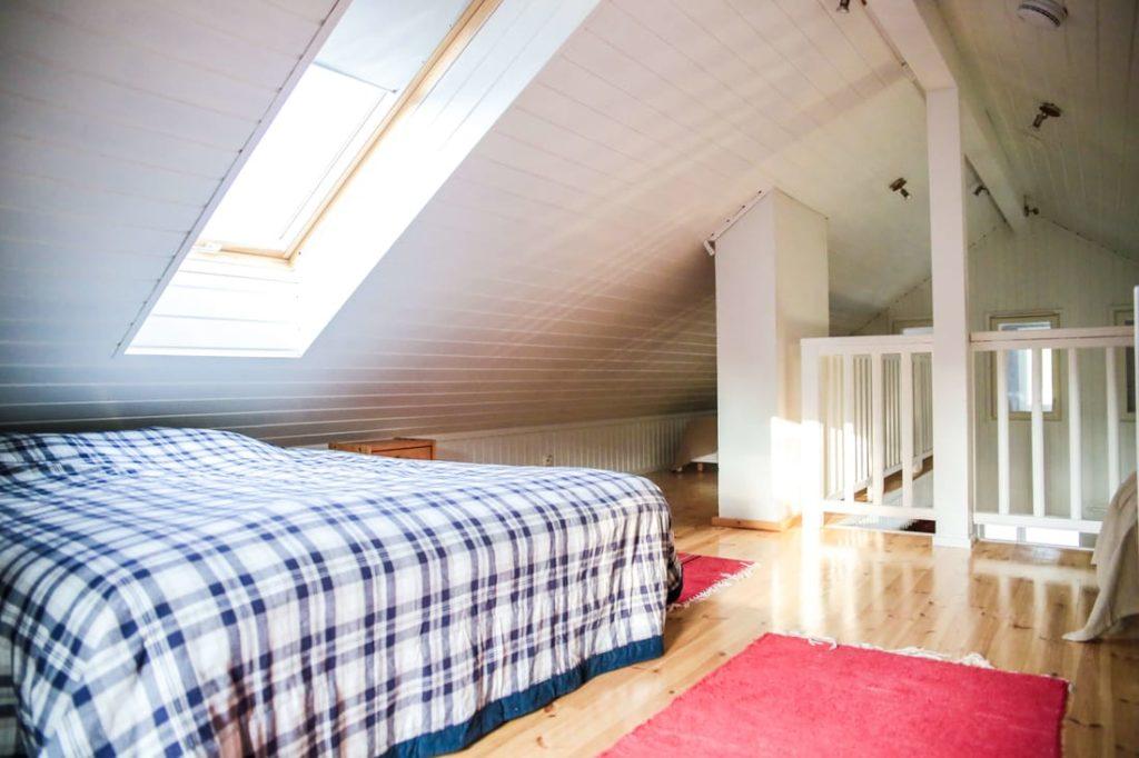 Rantakarin mökillä on erillinen nukkumaparvi. Parvella sängyt 5 henkilölle ja varapatjoja.
