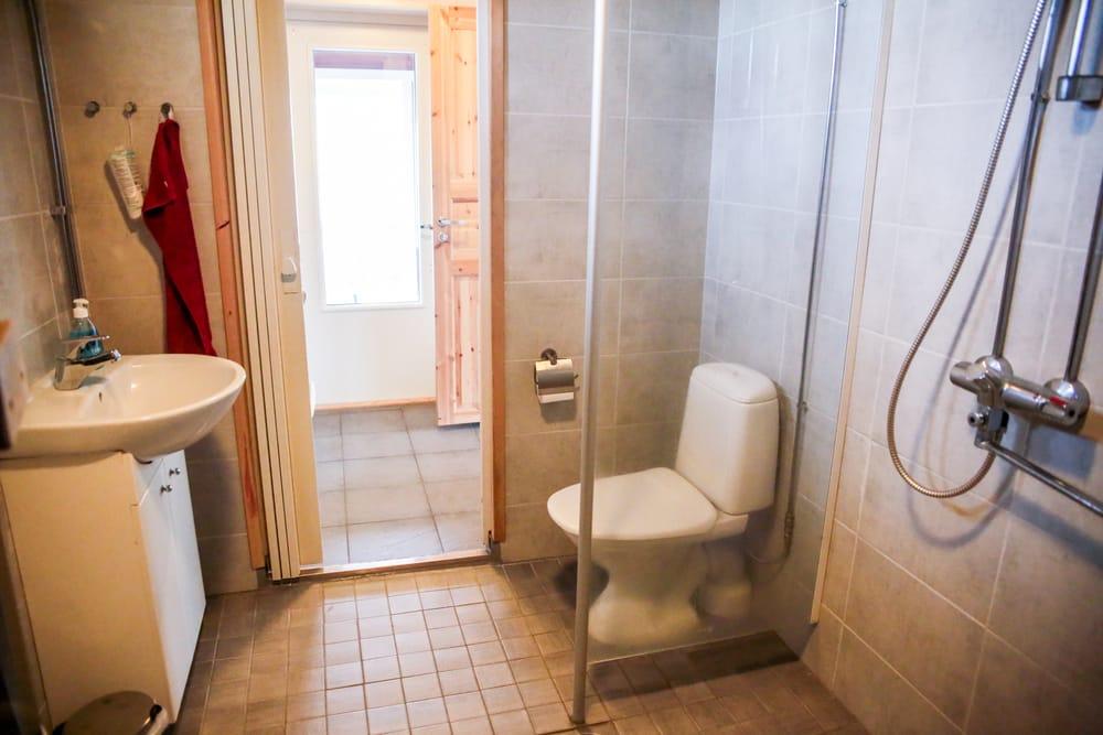 Rantakarin mökillä pesuhuone, jossa wc. Mökillä myös erillinen wc