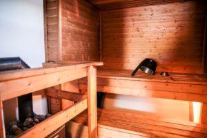 Rantakarin mökillä puulämmiteinen sauna