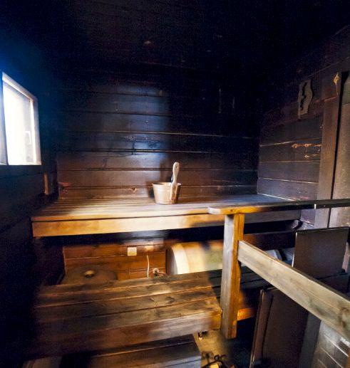 Skitunäsin vuokramökillä on pieni puulämmitteinen sauna