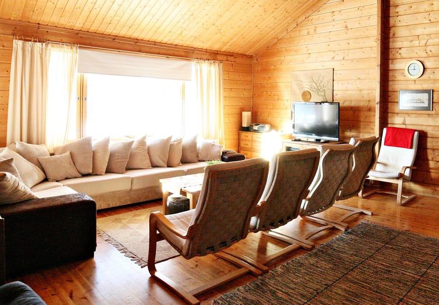 Strukan vuokramökin olohuoneessa on iso sohva ja nojatuolit viidelle