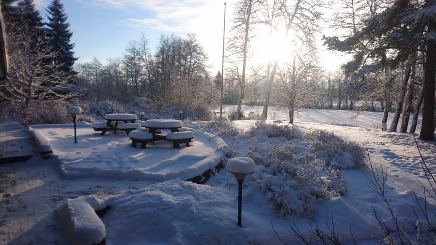 Strukan vuokramökin puutarha talvella