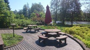 Strukan vuokramökin puutarhassa laajat terassit ja rukailuryhmät isollekin porukalle