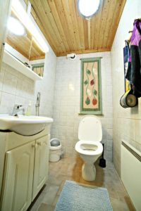 Vuokramökillä on kaksi erillistä wc:tä