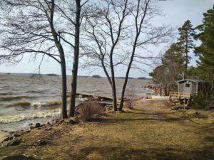 Skitunäsin merenrantamökillä on erikseen vuokrattavissa puulämmitteinen rantasauna