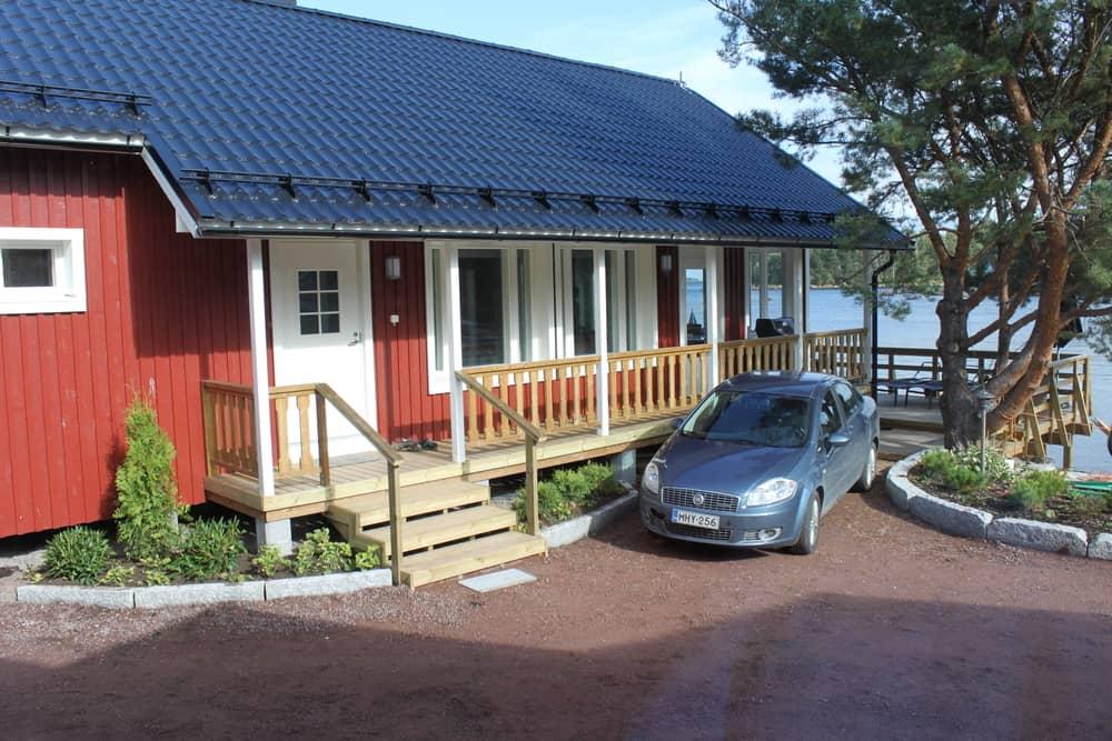 Rantakarin mökin edustalla on yksi parkkipaikka vuokramökin vieraille