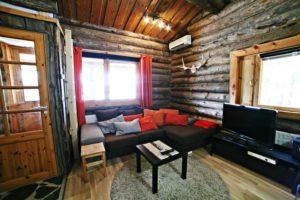 Kivikoskenvuokramökillä olohuoneessa sohva