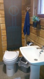 Pesuhuoneessa on wc