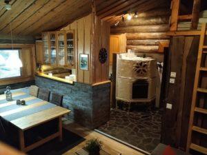 Kivikosken vuokramökin olohuoneessa ruokailutila