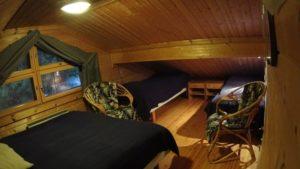 Saunan yläpuolella makuusoppi, jossa sängyt neljälle